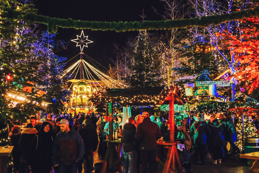 Die Porschestraße beleuchtet von der Weihnachtsbeleuchtung des Weihnachtsmarkts