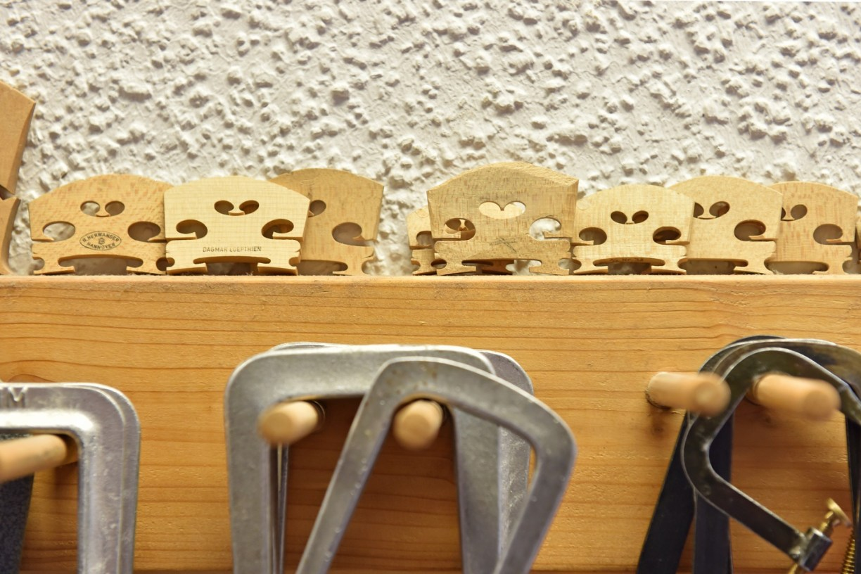 Geigenstege werden individuell angefertigt und warten auf ihren Einsatzim Göttinger Geigenladen