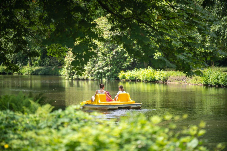 Tretbootfahrer auf der Mühlenhunte im Oldenburger Schlossgarten.