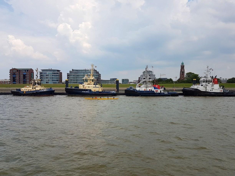 Schlepperpier Bremerhaven mit einem Paddelboot davor (c) Tanja Albert