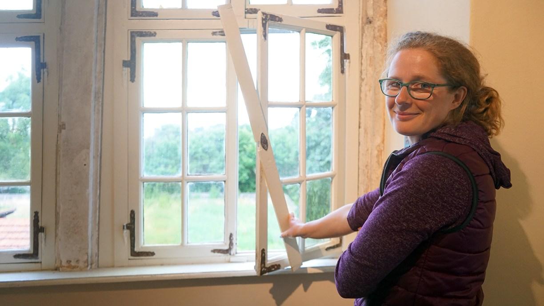 Museumspädagogin Christine Faber zeigt den Original-Verschlussmechanismus des Fensters im Archiv der Museumsburg Brome