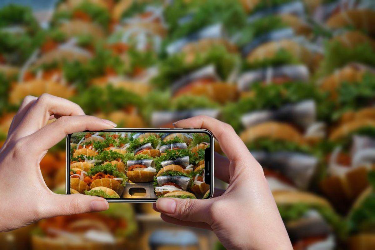 Handy mit Foto von Fischbrötchen (c) Roswitha Weber