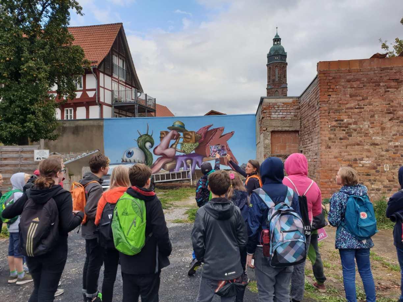 Rundgang mit der Künstlerin pARTicia durch die Open-Air-Galerie in Einbeck.