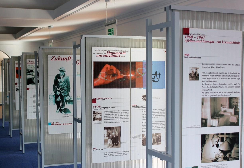 Infotafeln der Friedensnobelpreisträger-Ausstellung im Gifhorner Glocken-Palast