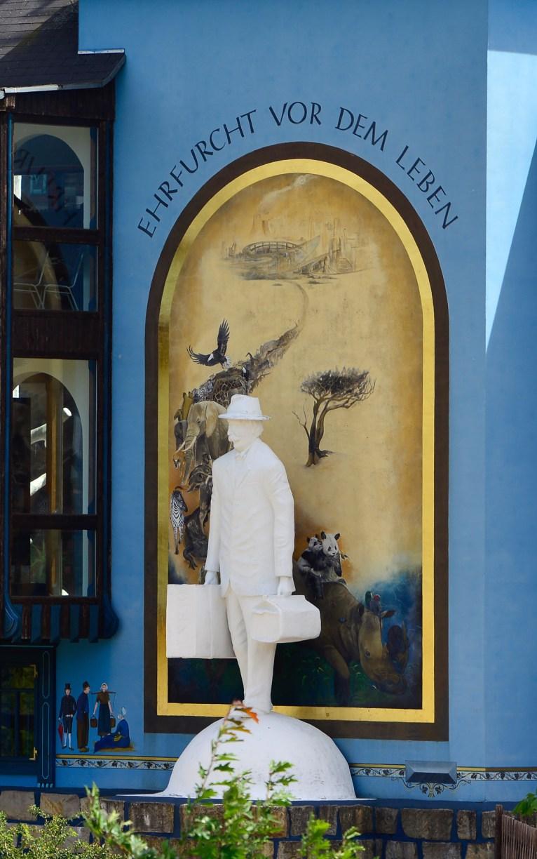 Statue von Albert Schweitzer vor dem Gifhorner Glocken-Palast