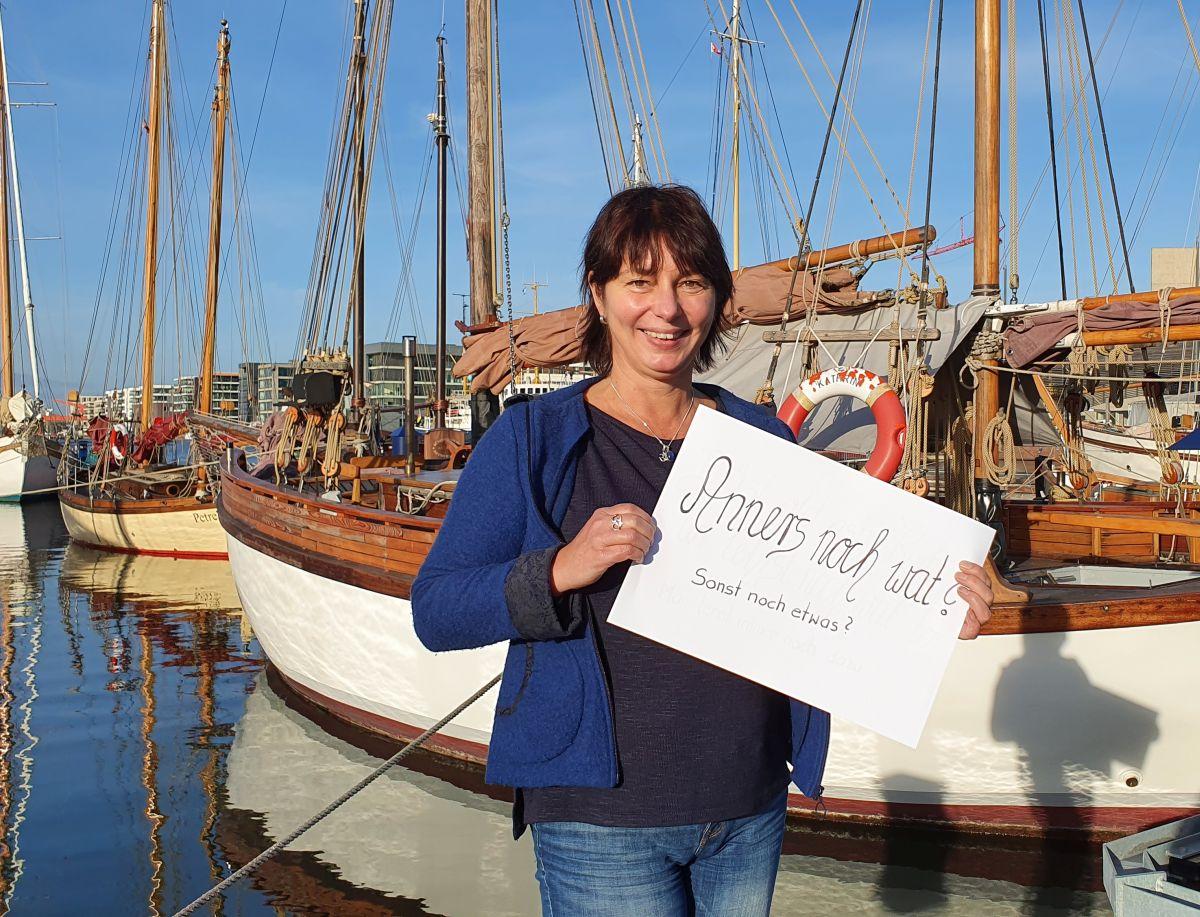 Tanja hält Blatt mit plattdeutschem Satz in der Hand (c) Tanja Mehl