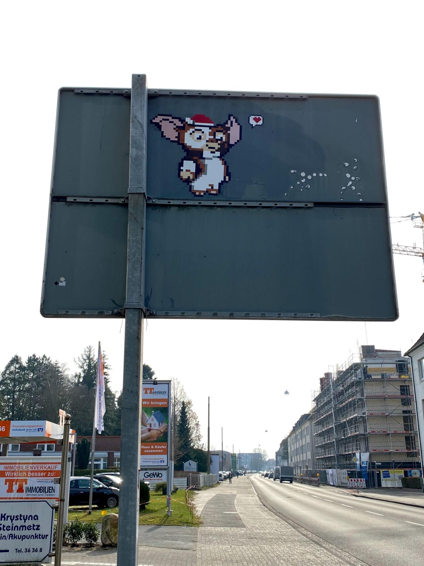 Comicfigur auf einem Verkehrsschild