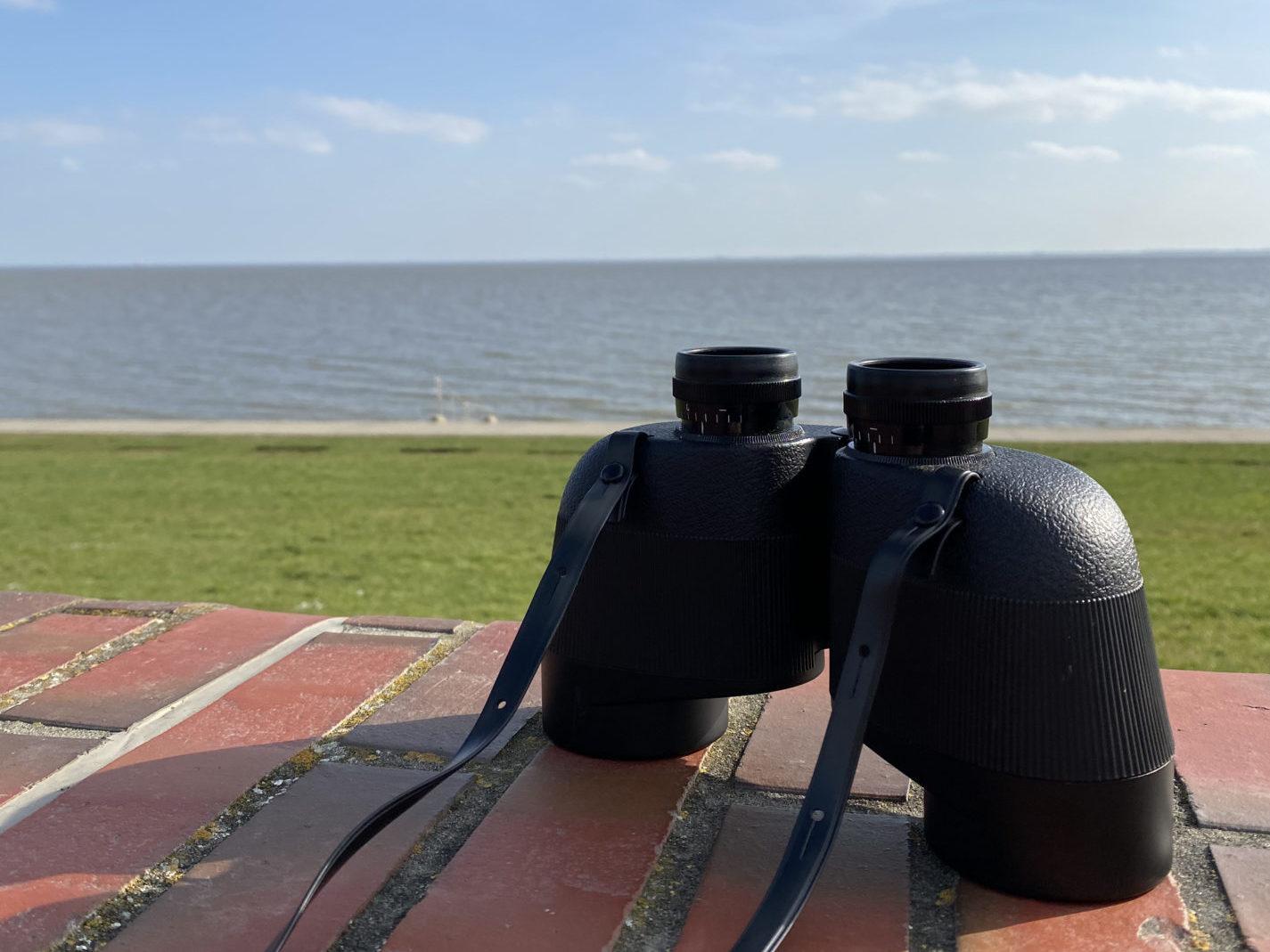 Fernglas am Südstrand Wilhelmshaven zum Beobachten der Schweinswale