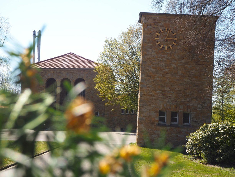Besondere Parks und Grünanlagen: Der schiefe Turm der Trauerhalle des Heger Friedhofs in Osnabrück