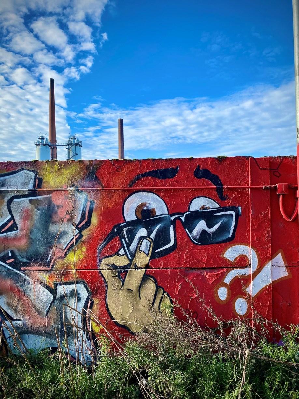 Graffiti auf Wand am Hafen: Augen mit Sonnenbrille