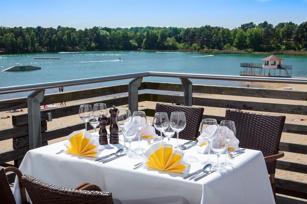 Gedeckter Tisch auf der Terrasse des my Bernsteinsee Restaurants