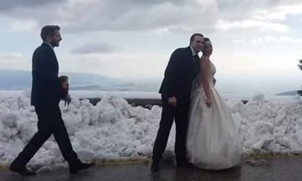 Γαμπρός και νύφη βγήκαν στα… χιόνια σε μια σούπερ φωτογράφηση στην Πάρνηθα