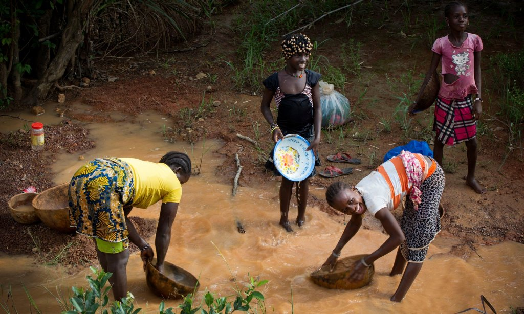 Women pan for gold in the mining area of Siguiri, Guinea. It was in such circumstances that Lounceny contracted polio. Photograph: Kate Holt/Unicef