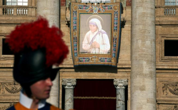 A Swiss Guard stands in front of a tapestry depicting Mother Teresa of Calcutta before a mass celebrated by Pope Francis for her canonisation in Saint Peter's Square at the Vatican September 4, 2016. REUTERS/Stefano Rellandini