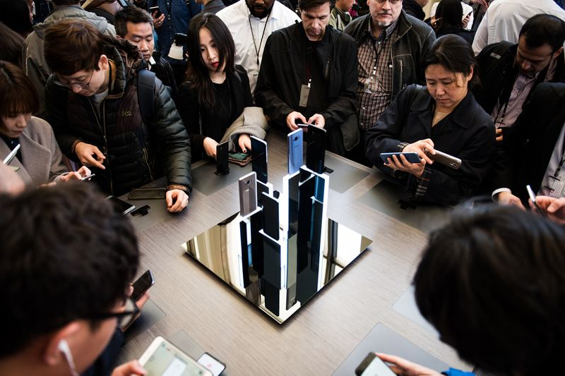 Attendees view Samsung Galaxy S8+ smartphones during the Samsung Unpacked product launch event in New York.  Photographer: Mark Kauzlarich/Bloomberg