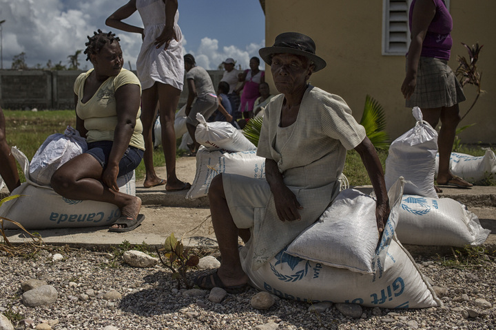 Women in the western Haitian town of Les Cayes collect food and emergency supplies in the wake of Hurricane Matthew, which struck the Caribbean nation in October 2016. Photo: UN Photo/Logan Abassi