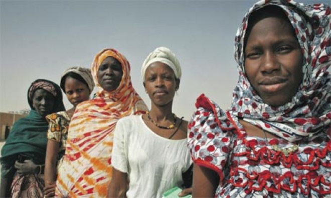 Mauritanian-women-wait-to-001