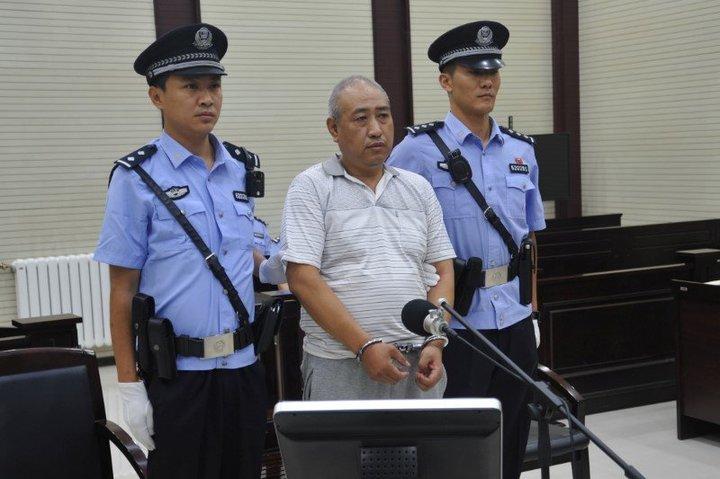 """Un homme de 54 ans considéré comme le """"Jack l'éventreur"""" chinois, Gao Chengyong (au centre), a été condamné à mort vendredi pour le viol et le meurtre de onze femmes et jeunes filles sur une période de quatorze ans. /Photo d'archives/REUTERS/Stringer"""