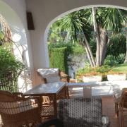 Abracadabra Decor Vigo Home Staging decora para alquiler vacacional Chalet en el Mediterráneo - terraza antes