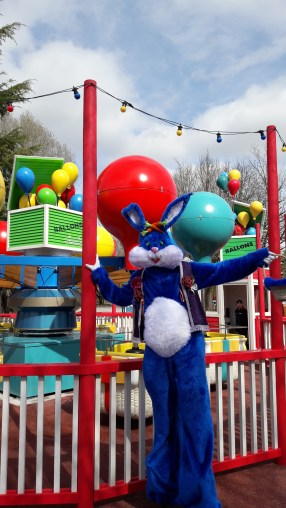 Lapinous' Foufous echassiers rebondissants loufoques parade animation evenementiel lapins fantaisie extravagance sautillants mascottes paques (14)
