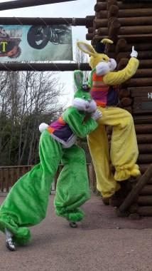 Lapinous' Foufous echassiers rebondissants loufoques parade animation evenementiel lapins fantaisie extravagance sautillants mascottes paques (37)