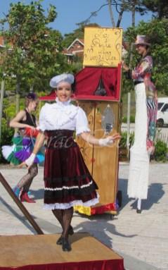 boite à merveilles spectacle rue cirque festival mat chinois fil de fer clowns jongleurs aerien girly kawai(84)