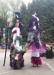 clowns en ciel echassiers colores oiseaux fleurs festifs parade animation carnaval evenementiel bulles de savon danse chapeau vertigineux froufro (104)