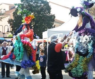clowns en ciel echassiers colores oiseaux fleurs festifs parade animation carnaval evenementiel bulles de savon danse chapeau vertigineux froufro (77)
