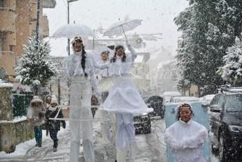 dentelles d'echass echassiers lumineux feeriques blancs parade animation evenementiel noel carnaval soirees blanches juspes originales leds g (46)