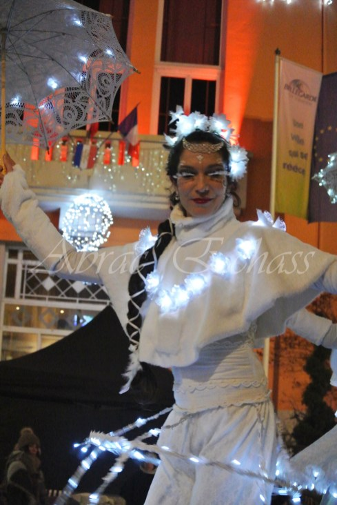 dentelles d'echass echassiers lumineux feeriques blancs parade animation evenementiel noel carnaval soirees blanches juspes originales leds g (67)