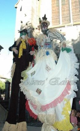 echass epouvantails echassiers venitiens paysans champetre campagne parade animation spectacle clowns danse (21)