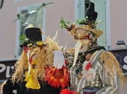 echass epouvantails echassiers venitiens paysans champetre campagne parade animation spectacle clowns danse (3)