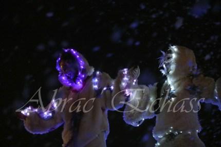 echass neige echassiers lumineux leds hiver fourrures colores parade noel marches noel animation char a neige musical magique feerique (16)