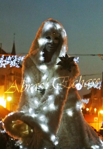 echass neige echassiers lumineux leds hiver fourrures colores parade noel marches noel animation char a neige musical magique feerique (40)