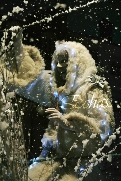 echass neige echassiers lumineux leds hiver fourrures colores parade noel marches noel animation char a neige musical magique feerique (45)