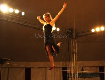 flamenca danse sur fil de fer danse flamenco spectacle rouge et noir cirque animation evenementiel guitare espagnol gitan (25)