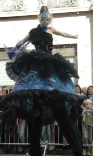 nuité jour echassieres dualite spectacle animation parade bleu et jaune danse crinoline (18)