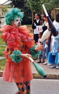 saltimbanques echassiers parade animation fous du roi colores festifs jongleurs acrobates (14)