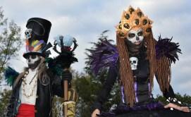 Mysterious voodoo echasses halloween walibi parade dia de los muertos vaudous (56)