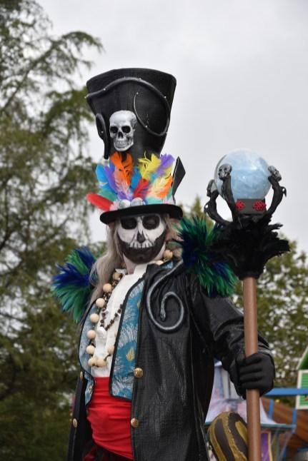 Mysterious voodoo echasses halloween walibi parade dia de los muertos vaudous (9)