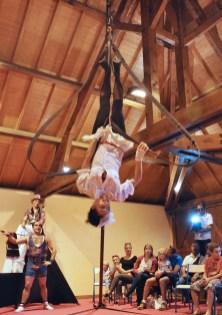 boite à merveilles spectacle rue cirque festival mat chinois fil de fer clowns jongleurs aerien girly kawai (62)_000