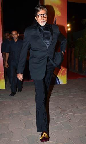 Amitabh Bachchan graces the red carpet at the 60th Britannia Filmfare Awards