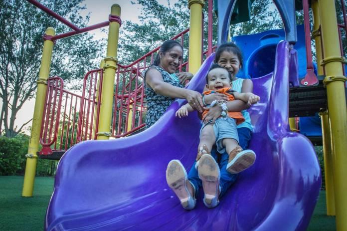Buenaventura Martín con sus hijos el miércoles en Homestead. G. VIERA
