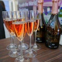 Non-Alcoholic pink champagne