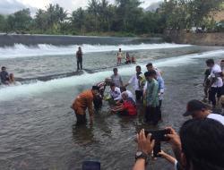 Djafar Alkatiri, Wakil Ketua MPR RI Dimandikan Masyarakat Bolmut di Sungai