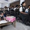 Jyoti la bambina più piccola del mondo a scuola