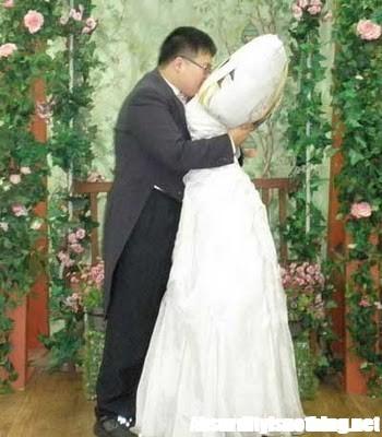 Ragazzo Koreano si sposa con un cuscino