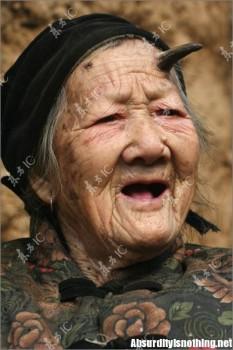 L'anziana centenaria con un corno in testa