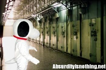 Vestito da Snoopy fa irruzione in una prigione