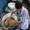 Frigge con le mani nell'olio bollente (5)